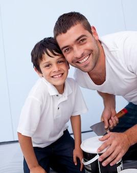 Sonriendo padre e hijo pintando un dormitorio