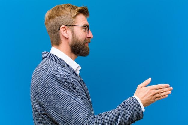 Sonriendo, saludándote y ofreciéndole un apretón de manos para cerrar un trato exitoso, concepto de cooperación