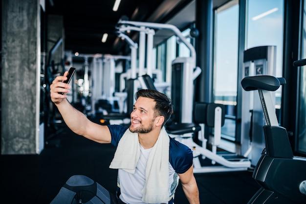 Sonriendo selfie en el gimnasio.