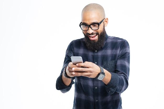 Sonriendo y usando el teléfono móvil