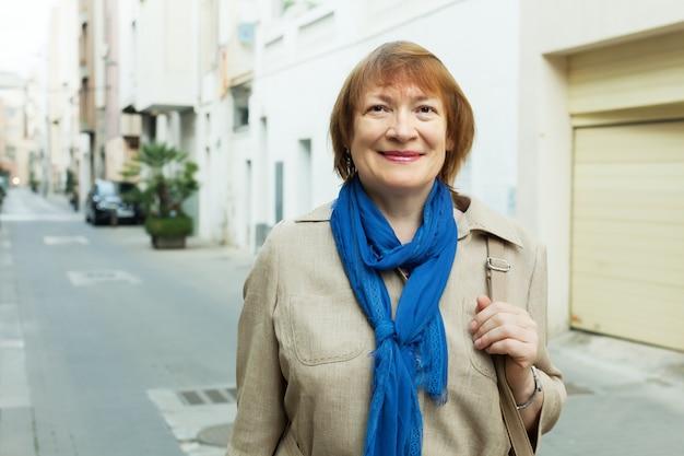 Sonriente anciana en la ciudad