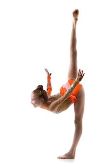 Sonriente bailarina haciendo splits pie