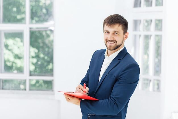 El sonriente empleado de oficina masculino