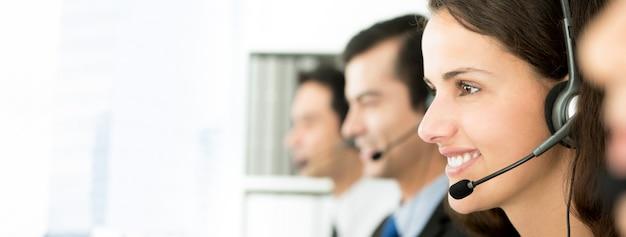 Sonriente equipo de call center, pancarta panorámica