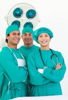Sonriente equipo de cirujano