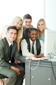 Sonriente equipo de negocios internacionales que trabajan en la oficina