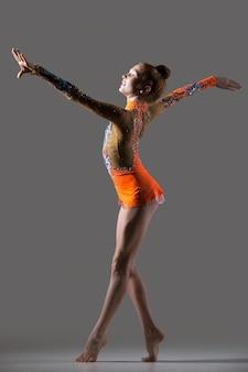 Sonriente, gimnasta, niña, bailando