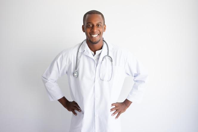 Sonriente guapo joven médico negro. concepto de medicina.