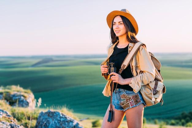 Sonriente, hembra, excursionista, tenencia, binocular