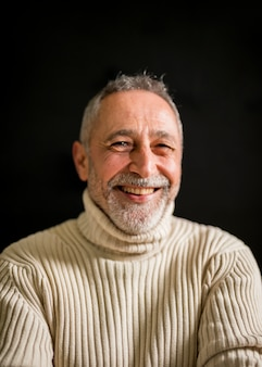 Sonriente hombre de edad con canas