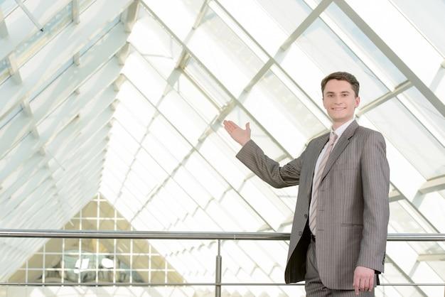 Sonriente hombre de negocios guapo en un centro de negocios.