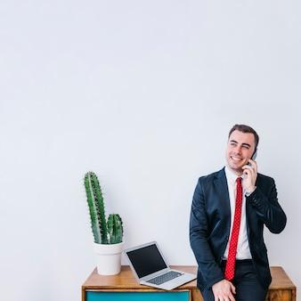 Sonriente hombre de negocios hablando por teléfono