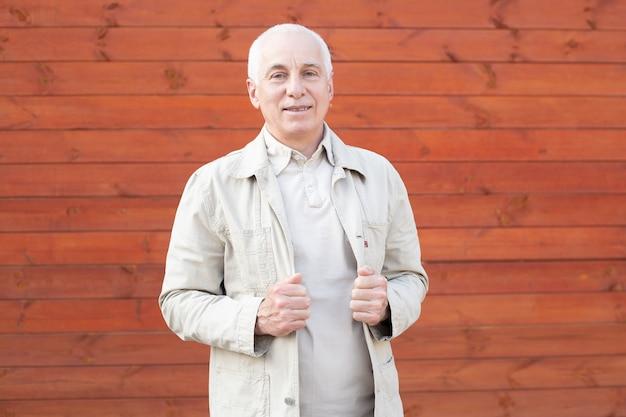 Sonriente hombre senior con cabeza gris, exitoso hombre de negocios.