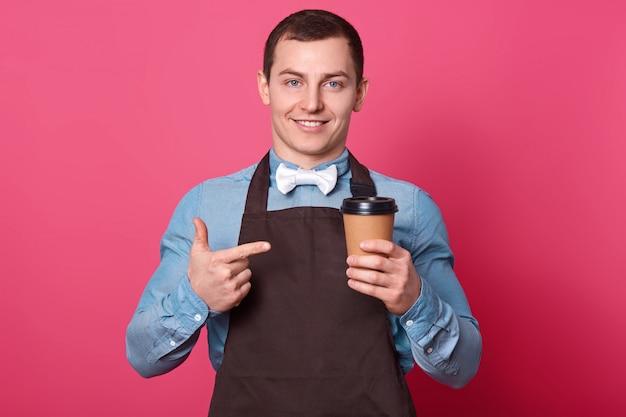 Sonriente joven camarero trabaja en restaurante