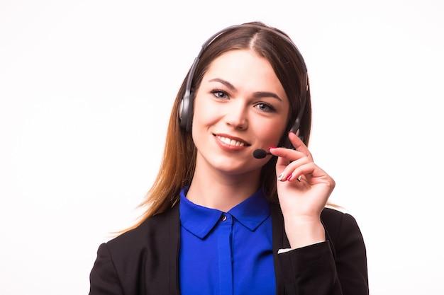 Una sonriente joven chica de servicio al cliente con un auricular en su lugar de trabajo