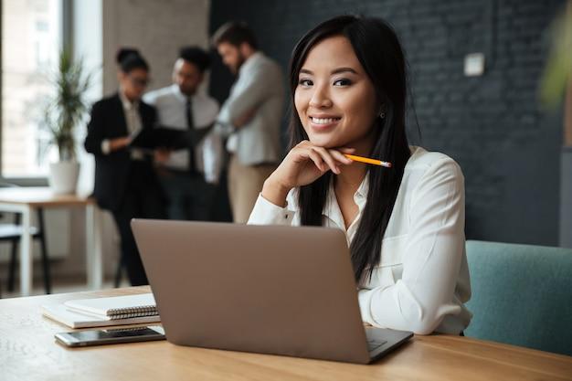 Sonriente joven empresaria asiática