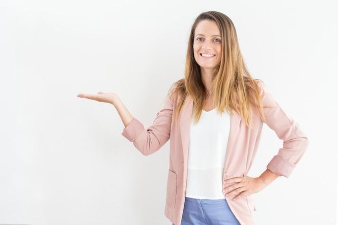 Sonriente joven empresaria mostrando la presentación