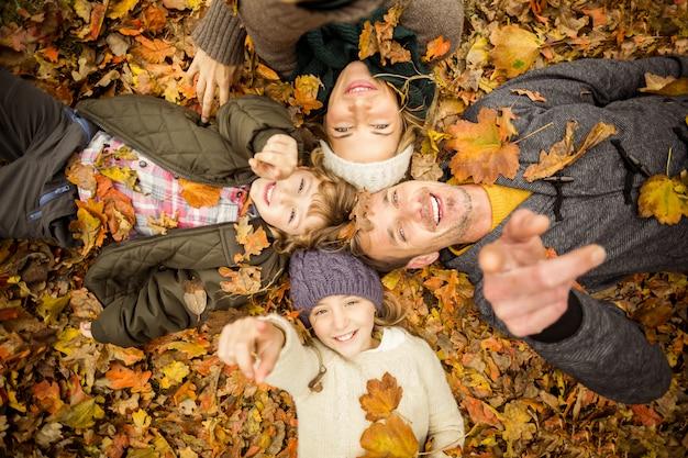 Sonriente joven familia haciendo círculos de cabeza