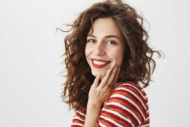 Sonriente joven hermosa feliz