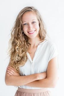 Sonriente joven hermosa mujer de pelo rubio