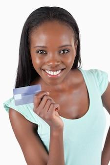 Sonriente joven mostrando su tarjeta de crédito