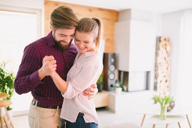 Sonriente joven pareja de baile