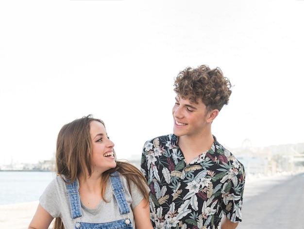 Sonriente joven pareja mirándose