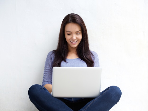 Sonriente joven usando laptop