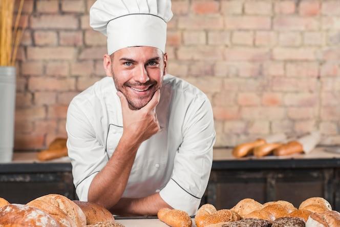 Sonriente, macho, panadero, en, panadería