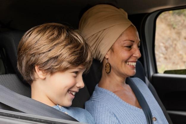 Sonriente, madre e hijo, en coche