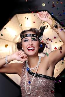 Sonriente mujer de carnaval