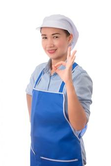 Sonriente mujer chef mostrando señales de mano bien para la perfección