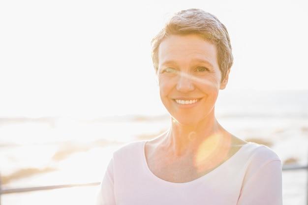 Sonriente mujer deportiva en el paseo