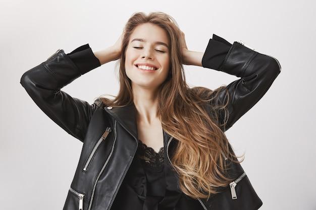 Sonriente mujer despreocupada con los ojos cerrados