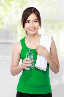 Sonriente mujer fitness agua potable