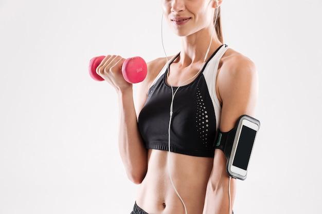 Sonriente mujer fitness en ropa deportiva