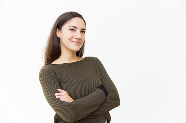 Sonriente mujer hermosa confía posando