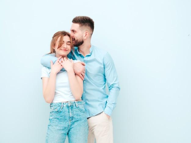 Sonriente mujer hermosa y su guapo novio