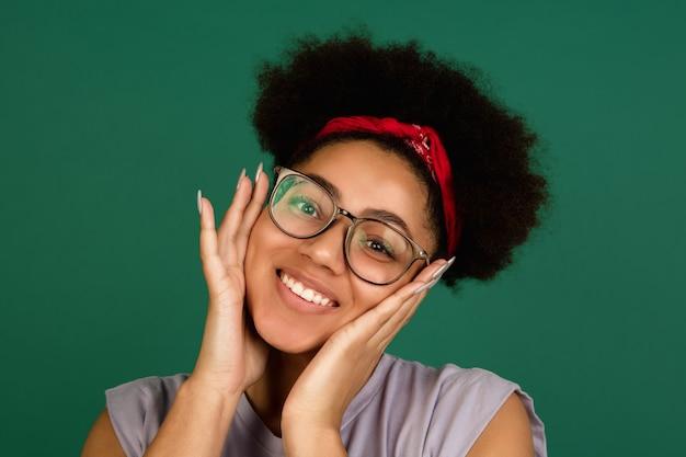 Sonriente, mujer joven, con, anteojos
