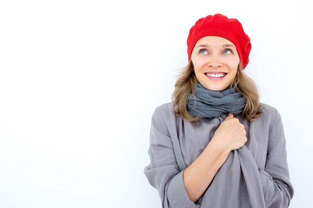Sonriente mujer joven soñando con el buen tiempo