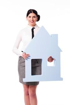 Sonriente, mujer joven, tenencia, cartel de la casa