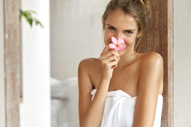 Sonriente, mujer joven, en, toalla