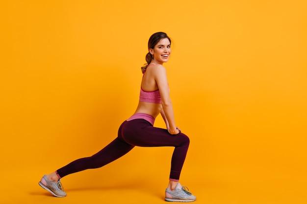 Sonriente mujer linda disfrutando de entrenamiento