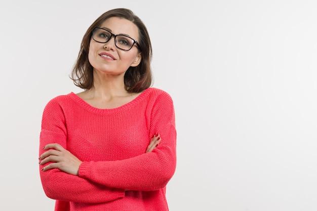 Sonriente mujer de mediana edad con brazos cruzados