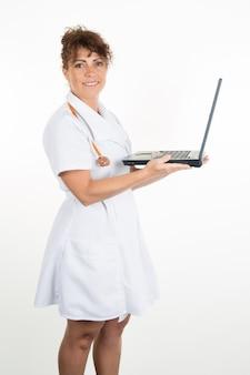 Sonriente mujer médico usando laptop