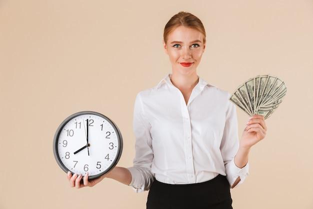 Sonriente, mujer de negocios, actuación, dinero