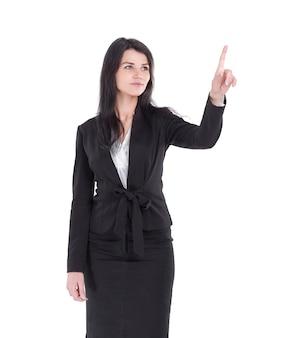 Sonriente mujer de negocios apuntando al espacio en blanco.