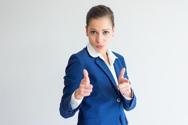 Sonriente mujer de negocios que le elige.
