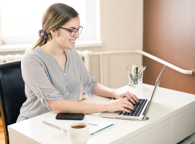 Sonriente, mujer de negocios usando la computadora en casa, oficina.