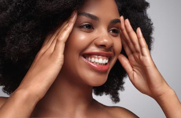 Sonriente mujer negra con piel hermosa